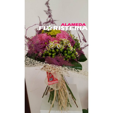 Ramo original decorado de Rosas Rosa y complementos